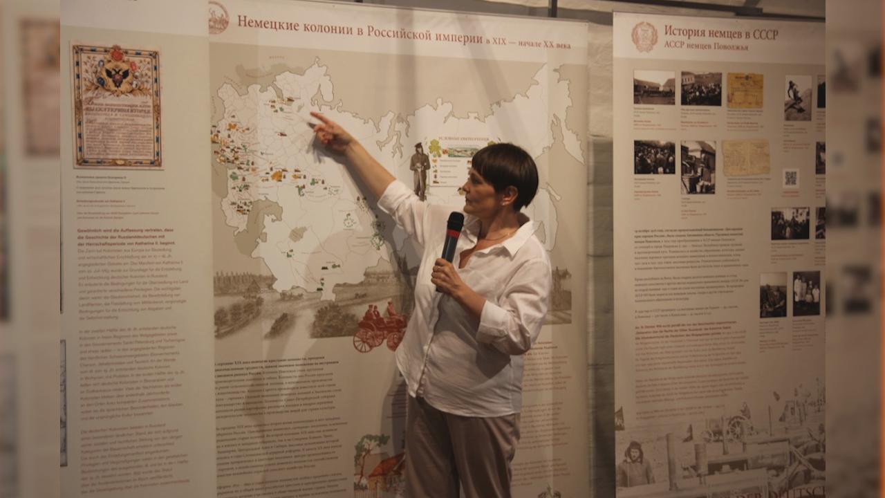 Куратор выставки Оксана Безносова